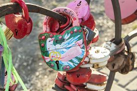 picture of pigeon  - This pigeon drawing and painted on the colorful padlock and locked on the bridge - JPG