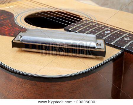 Farbfoto der akustischen Gitarre und Mundharmonika