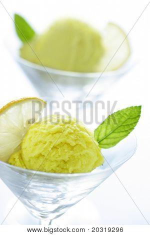 dois copos com lemonsorbet