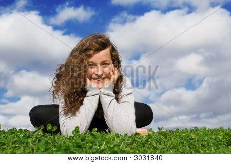 Adolescente sonriendo feliz