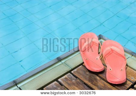 Tongs au bord de la piscine
