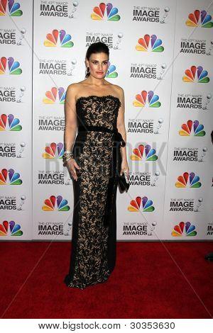 Los Angeles feb 17: Idina Menzel kommt bei der 43. naacp Bild bei den Schrein-Auditorium-o Auszeichnungen