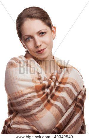 Schöne junge Frau versteckte Wolldecke