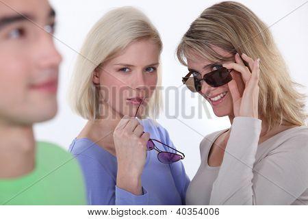 Frauen starrte auf das Objekt ihrer Begierde