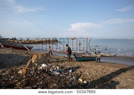PADANG - AUGUST 25: A fisherman takes his boat to shore in a busy fishing village in Padang, West Sumatera, Indonesia on August 25, 2013. Resources from the sea is a major revenue earner.