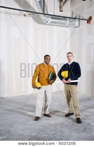 Multiethnische Männer in Büroräume bereit für buildout
