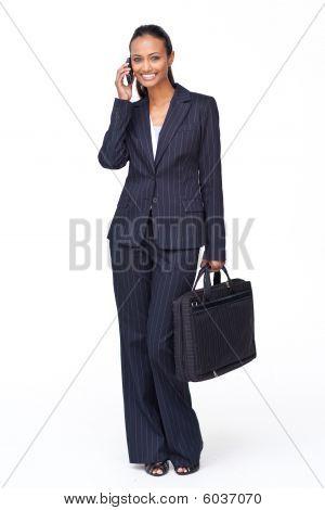 Bela empresária telefone segurando um Biefcase