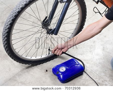 Inflate the bicycle tyre with air compressor