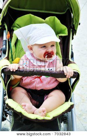 Bebé en la silla de paseo