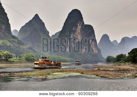 Tourist Cruises On  Li River In Guilin, Yangshuo, Guangxi, China.