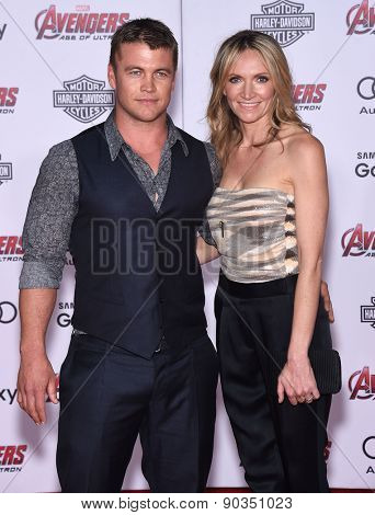 LOS ANGELES - APR 14:  Luke Hemsworth & Samantha Hemsworth arrives to the Marvel's