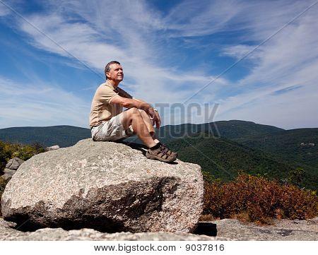 Alpinista com vista para o vale de Shenandoah