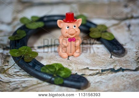 lucky pig with horseshoes and clovers