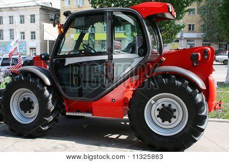 Красный трактор способствует