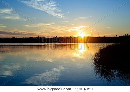 Puesta de sol sobre el lago
