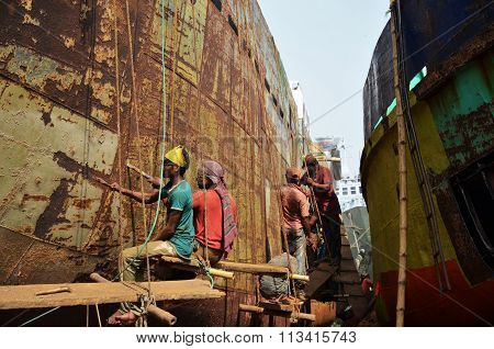 Locals are repairing ship in Dhaka
