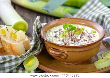 Cheese and leek soup with minced meat
