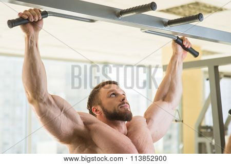 Bodybuilder doing pull-ups.