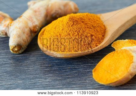 Turmeric root and powder, close up