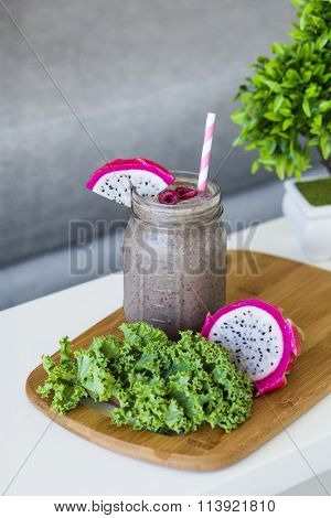 Kale and pitahaya smoothie, with a pink straw