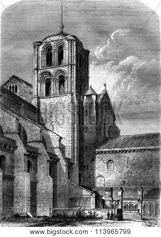 Side view of the Church of the Madeleine, Vezelay, vintage engraved illustration. Magasin Pittoresque 1869.
