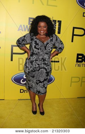 LOS ANGELES - JUN 25:  Yvette Nicole Brown arriving at the 5th Annual Pre-BET Dinner at Book Bindery on June 25, 2004 in Beverly Hills, CA