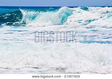 Small wawe with sea horizon