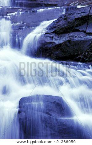 Wasserfall im japanischen Garten, monotone