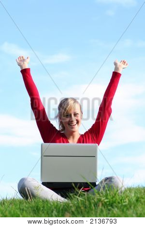 Niña utilizando Laptop al aire libre