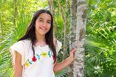 Постер, плакат: Мексиканские Индийская девушка Латинской с майя вышивкой платье в джунглях Мексики