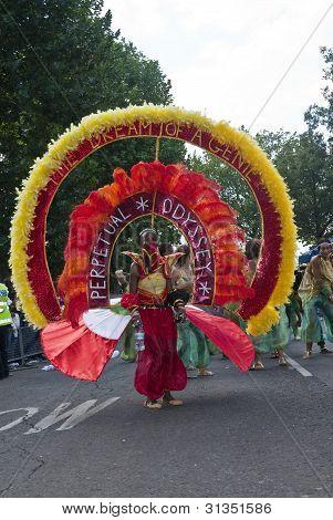 Bailarino da Odisséia perpétuo Carnaval clube bóia no Carnaval de Notting Hill