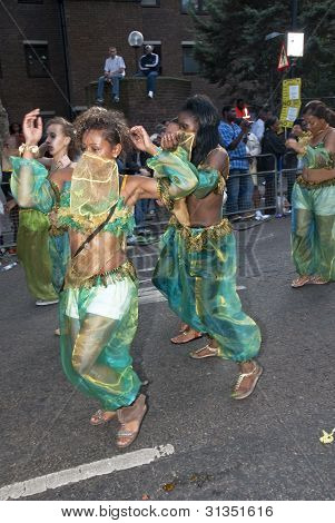 Dançarinos do Odyssey perpétuo Carnaval clube flutuam no Carnaval de Notting Hill