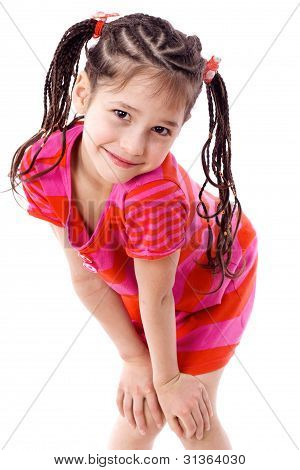 Linda chica de pie con las manos en las rodillas