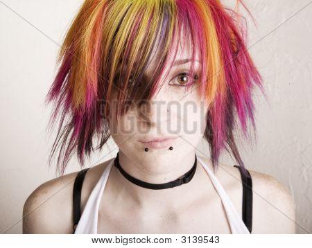 Punk-Mädchen mit bunten Haaren