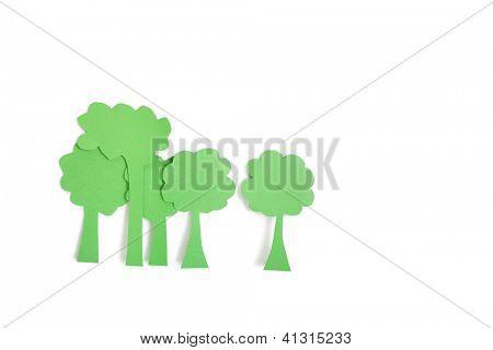 Corte de papel salidas de árboles verdes sobre fondo blanco