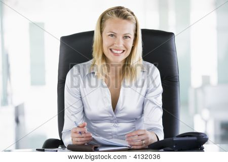 Empresaria en oficina con Organizador Personal sonriente