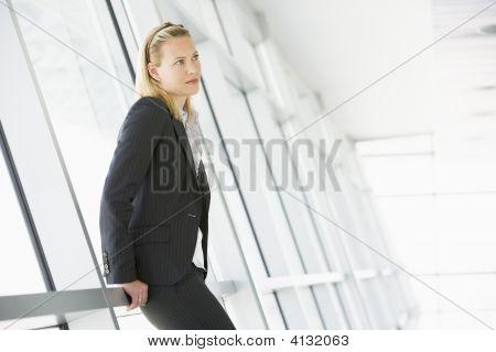 geschäftsfrau im Korridor