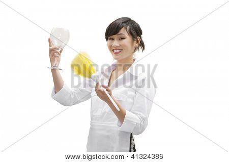 Retrato de una casa mujer feliz polvo limpiador de vidrio con plumero sobre fondo blanco