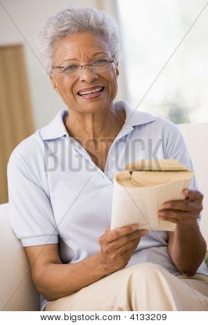Mujer relajarse con un libro y sonriendo