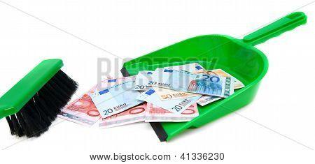 Escova, scoop e dinheiro (euro).
