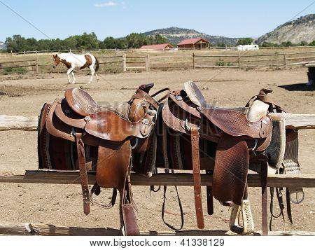 Sillas de montar un caballo en el fondo