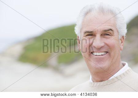 Hombre en la playa sonriendo