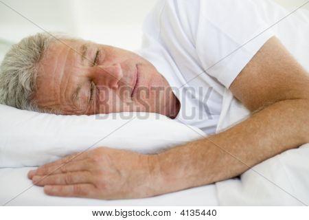 Mann im Bett schlafen