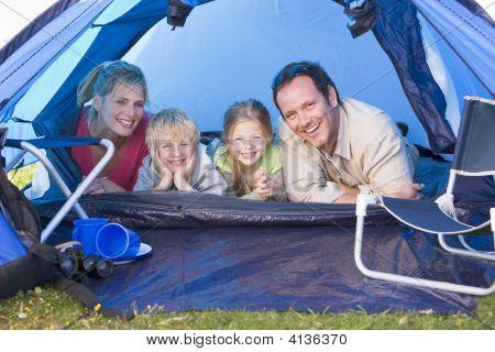 Familien camping Zelt lächelnd