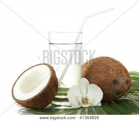 Cocos con vaso de leche, aislada en blanco