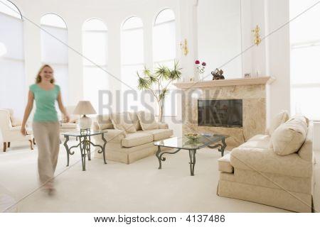 Mujer caminando por la sala de estar