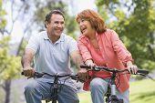 Постер, плакат: Пожилые пары ездой на велосипеде