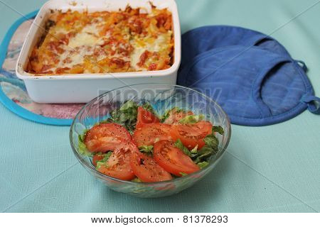 Tomato green salad with pasta