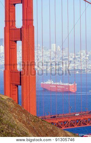 the cargo ship wallenius wilhelmsen passes the golden gate bridge