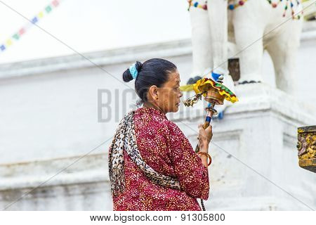 woman worships at bodhnath stuba